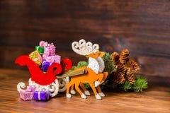 Composición del reno y del trineo w de la decoración de la Navidad de Papá Noel Foto de archivo libre de regalías