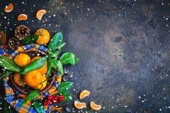 Composición del ` s de la Navidad y del Año Nuevo con las mandarinas frescas, Feliz Año Nuevo y Feliz Navidad Foco selectivo Fotografía de archivo