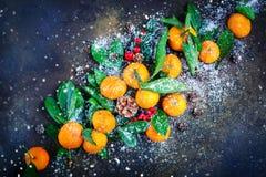 Composición del ` s de la Navidad y del Año Nuevo con las mandarinas frescas, Feliz Año Nuevo y Feliz Navidad Foco selectivo Fotos de archivo
