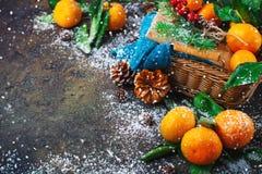 Composición del ` s de la Navidad y del Año Nuevo con las mandarinas frescas, Feliz Año Nuevo y Feliz Navidad Foco selectivo Fotos de archivo libres de regalías