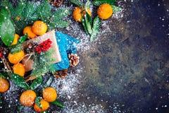 Composición del ` s de la Navidad y del Año Nuevo con las mandarinas frescas, Feliz Año Nuevo y Feliz Navidad Foco selectivo Imagen de archivo libre de regalías