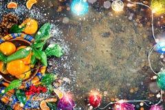 Composición del ` s de la Navidad y del Año Nuevo con las mandarinas frescas, Feliz Año Nuevo y Feliz Navidad Foco selectivo Fotografía de archivo libre de regalías