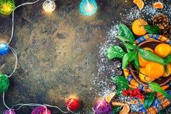 Composición del ` s de la Navidad y del Año Nuevo con las mandarinas frescas, Feliz Año Nuevo y Feliz Navidad Foco selectivo Foto de archivo