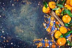 Composición del ` s de la Navidad y del Año Nuevo con las mandarinas frescas, Feliz Año Nuevo y Feliz Navidad Foco selectivo Foto de archivo libre de regalías