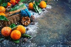 Composición del ` s de la Navidad y del Año Nuevo con las mandarinas frescas, Feliz Año Nuevo y Feliz Navidad Foco selectivo Imágenes de archivo libres de regalías