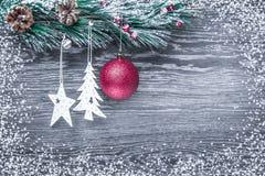 Composición del ` s de la Navidad y del Año Nuevo Los conos del pino, picea Ramas en un fondo blanco de madera, visión superior Imágenes de archivo libres de regalías