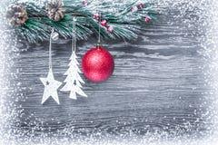 Composición del ` s de la Navidad y del Año Nuevo Los conos del pino, picea Ramas en un fondo blanco de madera, visión superior Imagenes de archivo