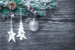 Composición del ` s de la Navidad y del Año Nuevo Los conos del pino, picea Ramas en un fondo blanco de madera, visión superior Fotos de archivo libres de regalías