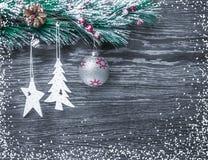 Composición del ` s de la Navidad y del Año Nuevo Los conos del pino, picea Ramas en un fondo blanco de madera, visión superior Fotografía de archivo libre de regalías