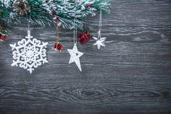 Composición del ` s de la Navidad y del Año Nuevo Los conos del pino, picea Ramas en un fondo blanco de madera, visión superior Imagen de archivo