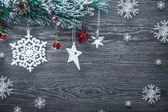 Composición del ` s de la Navidad y del Año Nuevo Los conos del pino, picea Ramas en un fondo blanco de madera, visión superior Fotos de archivo