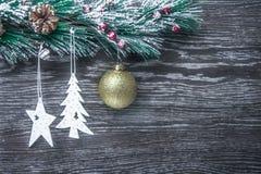 Composición del ` s de la Navidad y del Año Nuevo Los conos del pino, picea Ramas en un fondo blanco de madera, visión superior Fotografía de archivo