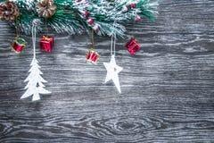 Composición del ` s de la Navidad y del Año Nuevo Los conos del pino, picea Ramas en un fondo blanco de madera, visión superior Foto de archivo