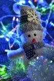Composición del ` s del Año Nuevo de un muñeco de nieve y de luces Imágenes de archivo libres de regalías