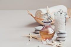 Composición del tratamiento del balneario con perfume o la botella de aceite aromática Imágenes de archivo libres de regalías