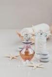 Composición del tratamiento del balneario con perfume o la botella de aceite aromática Fotos de archivo libres de regalías