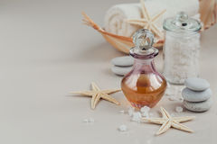 Composición del tratamiento del balneario con perfume o la botella de aceite aromática Foto de archivo libre de regalías