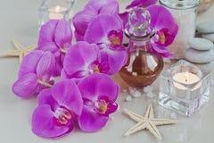 Composición del tratamiento del balneario con perfume o la botella de aceite aromática Imagen de archivo libre de regalías