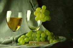 Composición del vino blanco con las uvas Foto de archivo libre de regalías