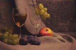 Composición del vino blanco con las uvas Fotografía de archivo