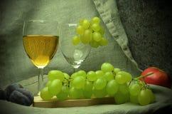 Composición del vino blanco con las uvas Imagenes de archivo