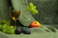 Composición del vino blanco con las uvas Imagen de archivo libre de regalías
