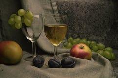 Composición del vino blanco con las uvas Imágenes de archivo libres de regalías