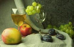 Composición del vino blanco con las uvas Imagen de archivo