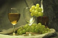 Composición del vino blanco con las uvas Foto de archivo