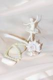 Composición del vintage con la bailarina, las perlas, los crustáceos, la piedra del mar blanco y la pluma Imagen de archivo libre de regalías