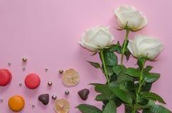 Composición del vintage del día del ` s de la tarjeta del día de San Valentín del St de las rosas blancas, de los macarons y de l Imagenes de archivo