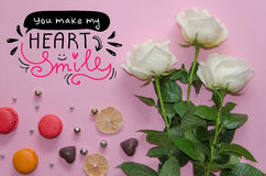 Composición del vintage del día del ` s de la tarjeta del día de San Valentín del St de las rosas blancas, macarons Imágenes de archivo libres de regalías