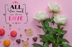 Composición del vintage del día del ` s de la tarjeta del día de San Valentín del St de las rosas blancas, macarons Imagen de archivo libre de regalías
