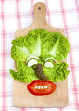 Composición divertida de la cara hecha de verduras. Imagenes de archivo