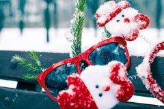Composición divertida del invierno con las gafas de sol rojas Fotografía de archivo libre de regalías