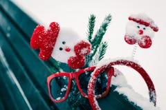 Composición divertida del invierno con los accesorios de la Navidad Foto de archivo libre de regalías