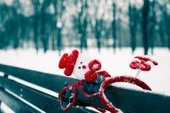 Composición divertida del invierno con los accesorios de la Navidad Foto de archivo