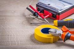 Composición eléctrica de las herramientas en el fondo de madera imagen de archivo
