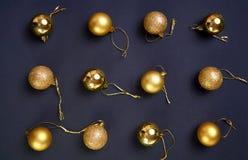 Composición elegante con las bolas de oro de la Navidad del brillo en un bla Foto de archivo libre de regalías