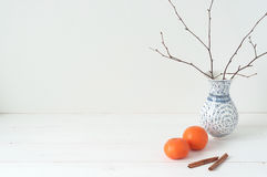 Composición elegante mínima con las mandarinas y el florero Imagen de archivo