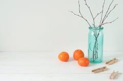 Composición elegante mínima con las mandarinas y el florero imagen de archivo libre de regalías