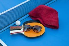 Composición en la tabla del tenis Fotos de archivo