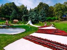 Composición en un parque en un césped verde en el tema de aduanas nacionales Fotografía de archivo libre de regalías