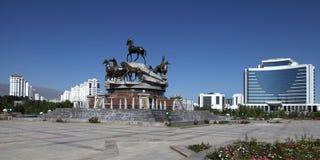 Composición escultural a ayunar caballos en el parque. Ashkhabad. Tu Imagenes de archivo