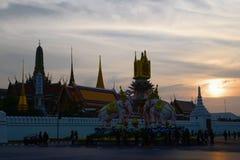 Composición escultural con los elefantes contra el contexto de gran Royal Palace Bangkok, Tailandia Fotografía de archivo libre de regalías