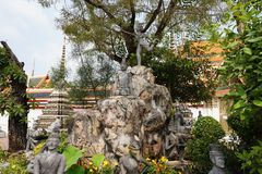 Composición escultural en el territorio del templo imagenes de archivo