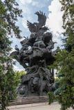 """Composición escultural por el """"Tree de Zurab Tseriteli del  del life†en el parque zoológico de Moscú Imagen de archivo libre de regalías"""