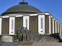 Composición escultural - tragedia de la gente contra el edificio de la gran guerra patriótica del museo Foto de archivo