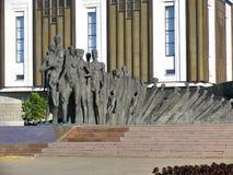 Composición escultural - tragedia de la gente contra el edificio de la gran guerra patriótica del museo Imagenes de archivo