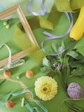 Composición estacional decorativa de frutas, de la decoración, de verdes y de un bastidor blanco en el papel entonado verde imagen de archivo